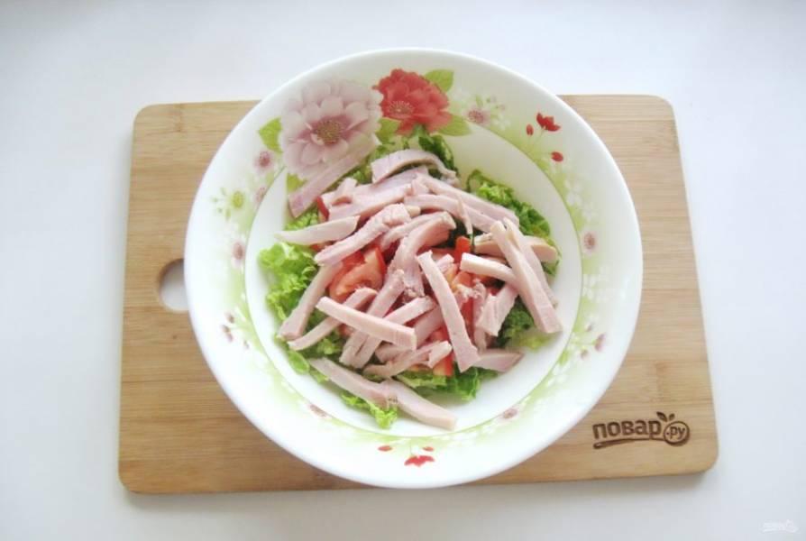 Копченую курицу нарежьте соломкой и добавьте в салат.