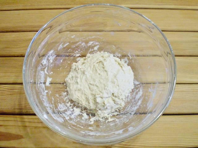 4. Как видите тесто липкое, тянущееся за руками. Собираем его в ком и накрываем салфеткой, убираем в самое теплое место на 25-30 минут.
