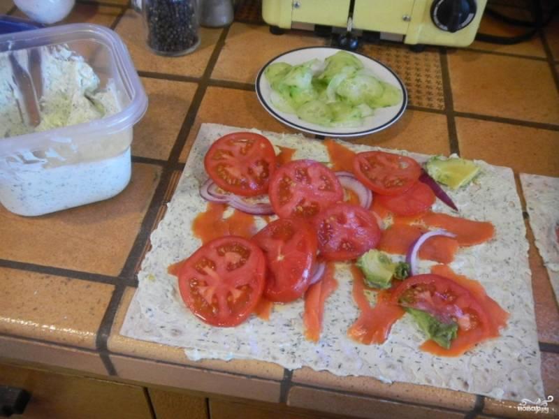 Добавьте помидоры, нарезанные кружочками и огурчики. Огурцы можете порезать тонкими ломтиками или тоже кружочками. На этом этапе можете посолить и поперчить начинку.
