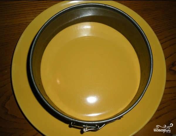 1. Картофель, морковь и свеклу вымойте, поместите в кастрюлю и сварите до готовности. В данном случае для оформления салата будет использоваться кольцо от разъемной формы.