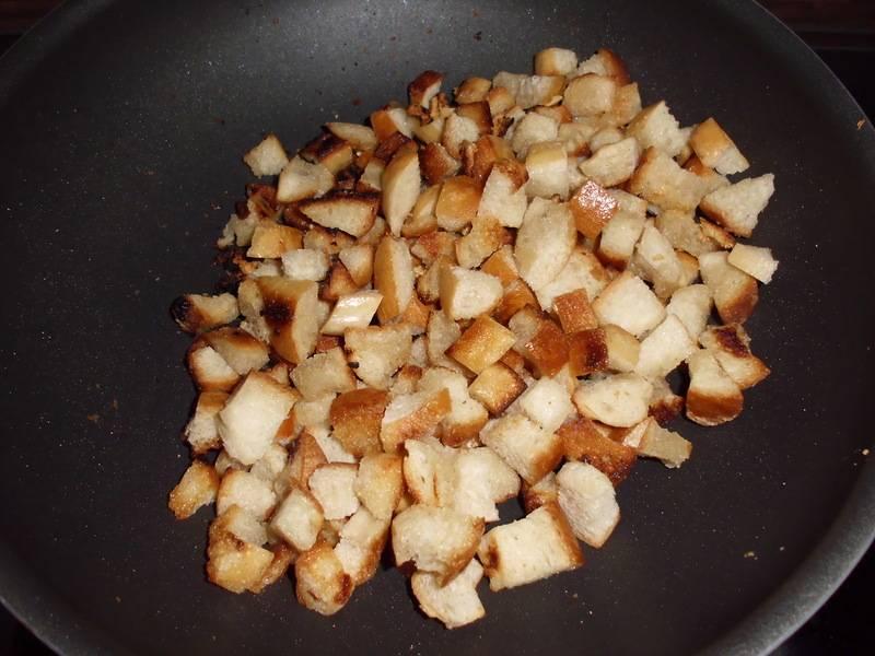 Хлеб порежьте кубиками, обжарьте вместе с чесноком.