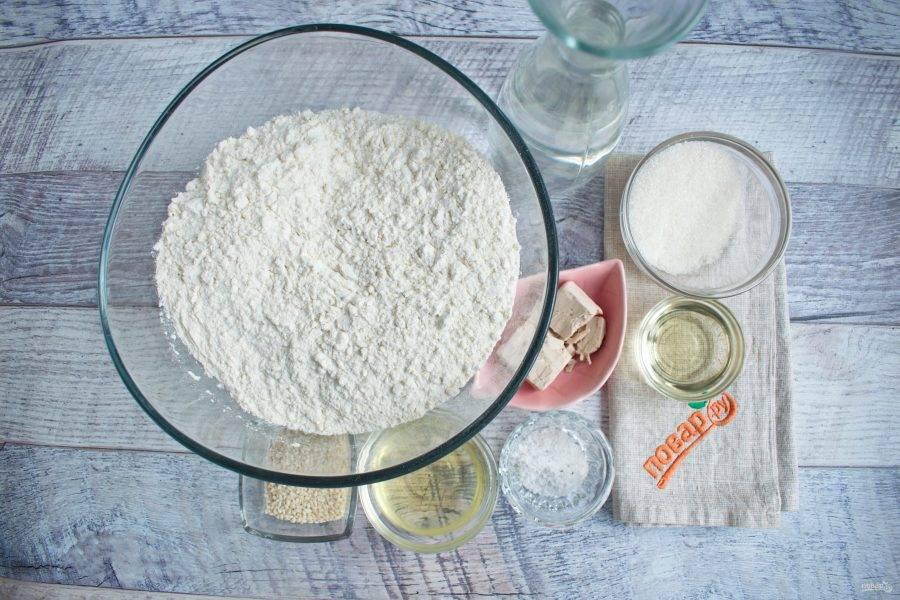 Подготовьте необходимые ингредиенты. Муку просейте в глубокую миску.