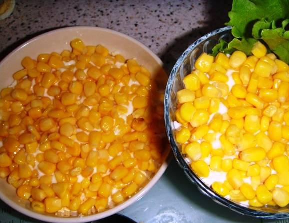 Третий слой – кукуруза. Предварительно слейте рассол.