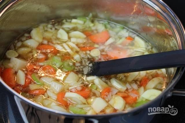 3.Кастрюлю с бульоном отправьте на огонь и доведите до кипения, выложите измельченные овощи.