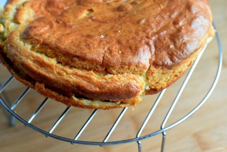 Готовый пирог аккуратно выньте на решетку и остудите до теплого состояния. Именно теплым этот пирог особенно вкусен.