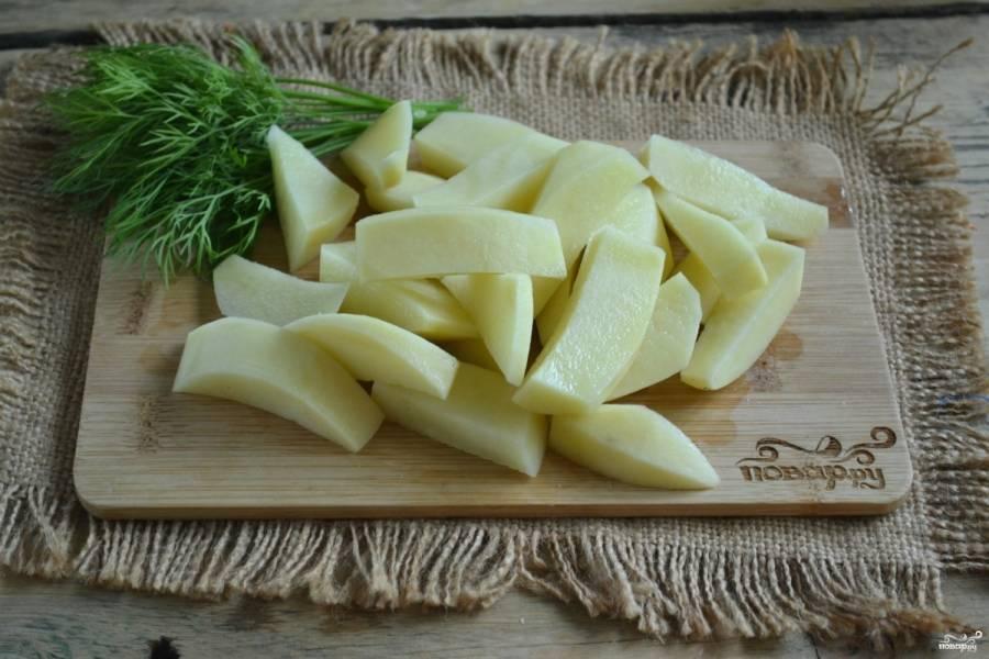 Картофель порежьте на дольки.
