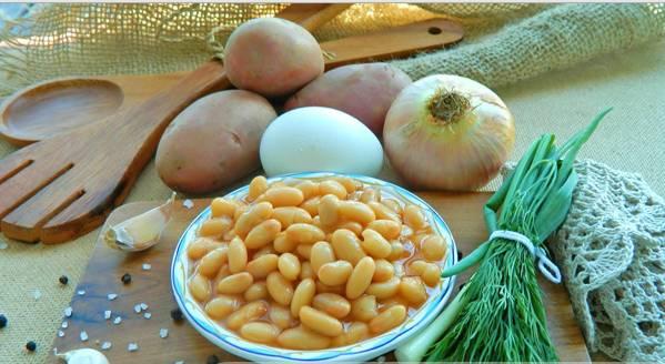 """1. Подготовим ингредиенты. Яйцо отвариваем до состояния """"вкрутую"""" и остужаем. Фасоль отцеживаем, картофель чистим и режем кусочками. Курицу разморозим."""