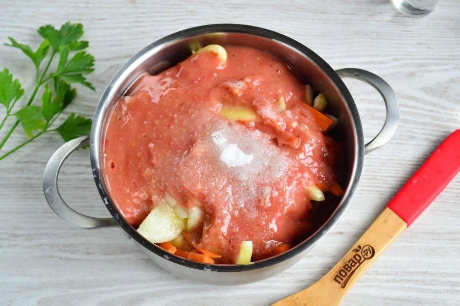 Добавьте томатное пюре, соль, сахар, растительное масло, перемешайте и поставьте на огонь.