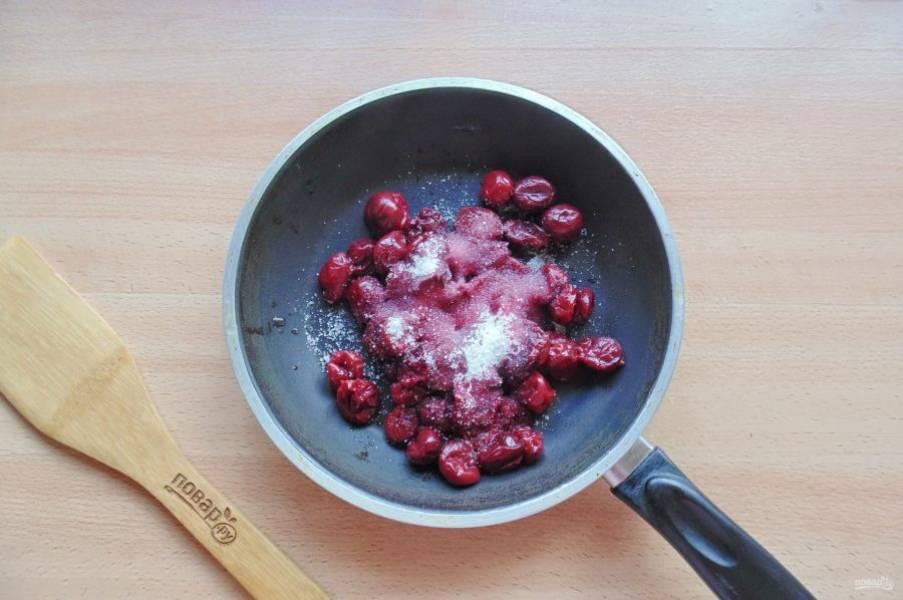 Тем временем приготовьте вишневую начинку для кростаты. Вишню без косточек выложите в кастрюлю или сковороду. Добавьте сахар по вкусу.