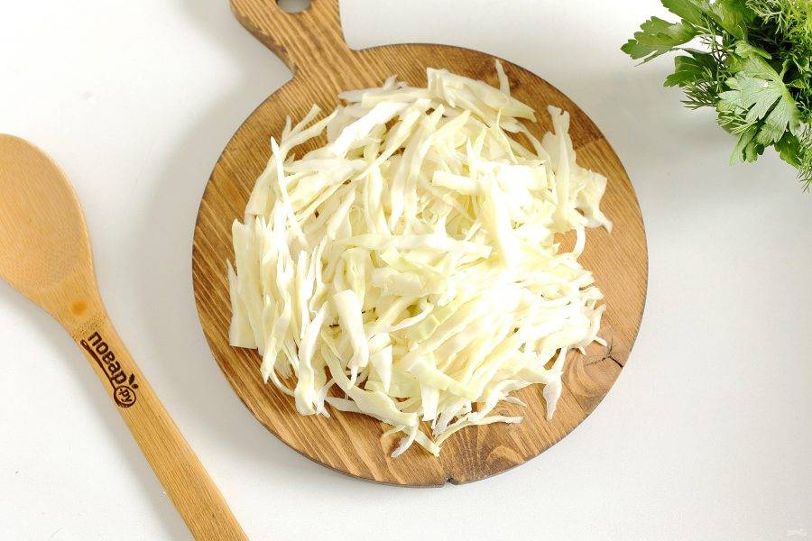 Добавьте нашинкованную капусту и варите 10-15 мнут.