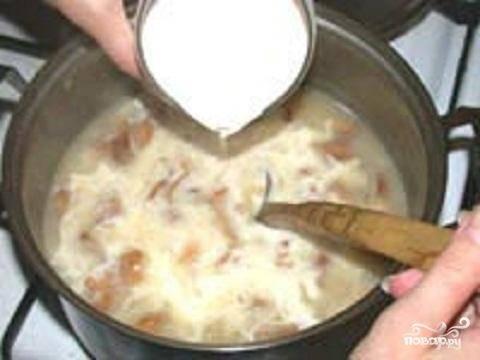4.Теперь надо в суп влить сливки. Положите по вкусу соль и перец. Суп готов. Разлейте его по тарелкам и украсьте мелко порубленной зеленью.