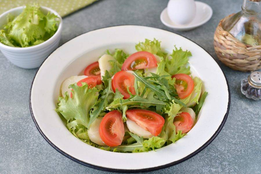Картофель и помидор нарежьте небольшими ломтиками, выложите на латук.