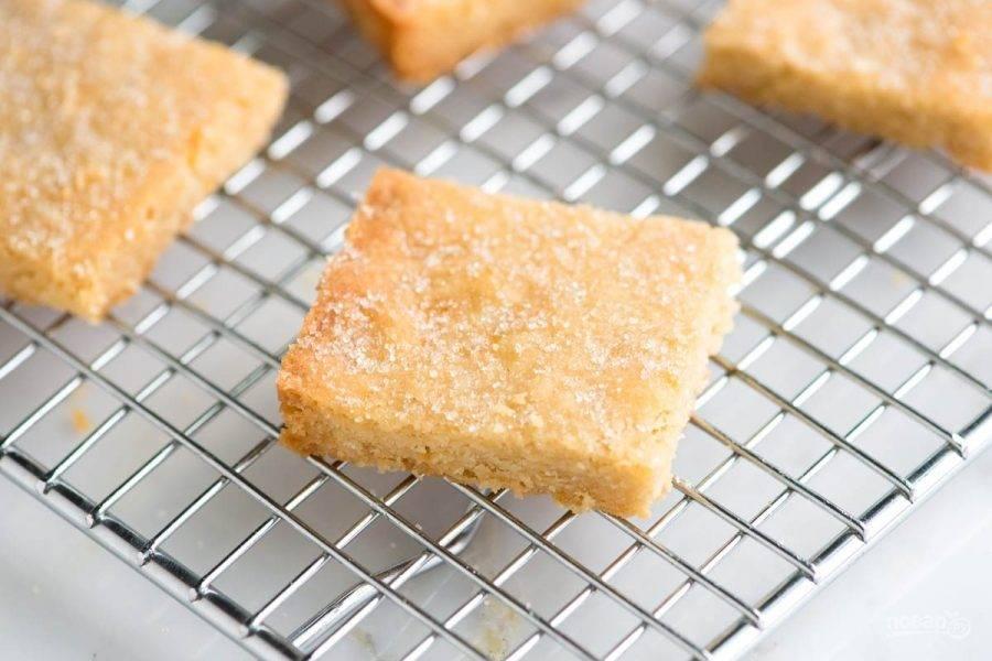 4.Переложите печенье на решетку для остывания, оставьте на некоторое время.