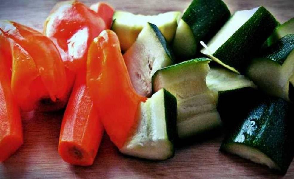 Пока маринуется мясо, мы промываем и чистим овощи, нарезаем их произвольно на довольно крупные куски.