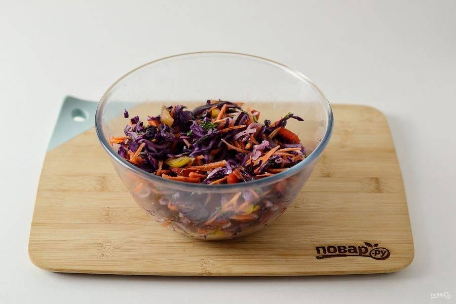 Соедините все овощи вместе, посолите и поперчите. Заправьте салат растительным маслом, перемешайте.