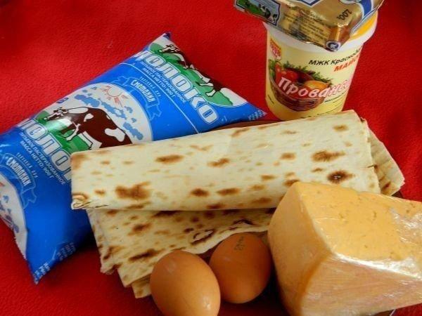 1. Вот такие ингредиенты необходимы, чтобы повторить этот простой рецепт пирога из лаваша с сыром на собственной кухне.
