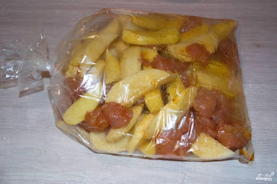 Смешайте картофель и сырое мясо в специях. Можно добавить еще немного растительного масла. Мясо и картошка будут только сочнее. Поместите индейку с картошкой в мешочек (рукав) для запекания.