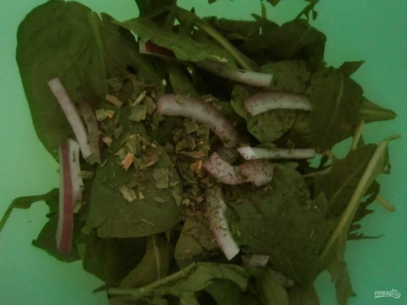 Вымойте и обсушите шпинат, рукколу, лук порежьте полукольцами, измельчите петрушку.