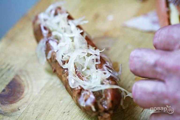 2.Верхушку сосиски заполните смесью из квашеной капусты и лука.