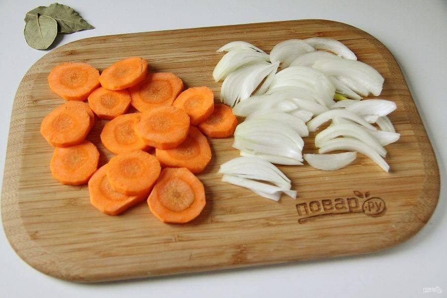 Тем временем нарежьте крупно морковь и лук.