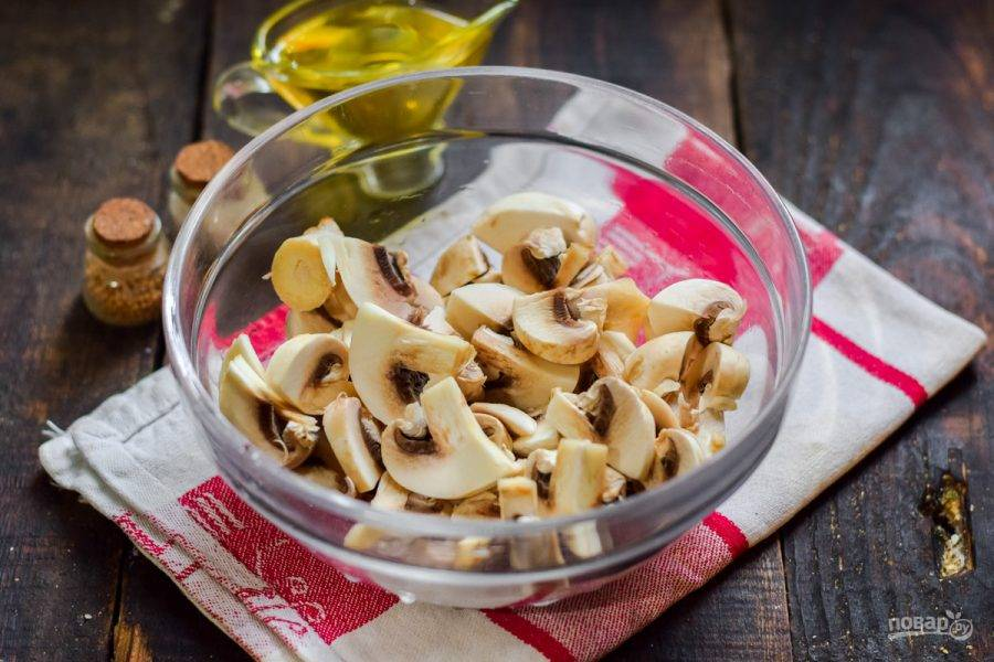 Шампиньоны вымойте и просушите. Нарежьте грибы средними по размеру кусочками. По желанию можете добавить другие виды грибов.