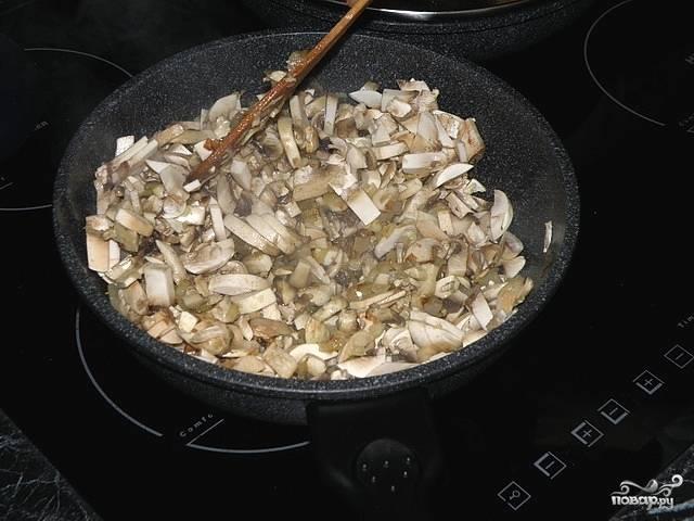 Обжариваем грибы с луком, часто помешиваем пока не выпарится лишняя жидкость.