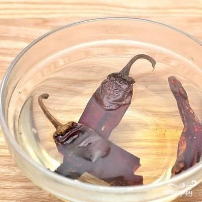 4. В небольшую миску выложите сушеные перчики чили, залейте их кипятком и оставьте на минут 10.