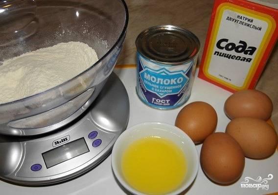 1. Приготовим исходные продукты: сгущенку, масло, яйца, немного соды, крахмал и, конечно, муку.