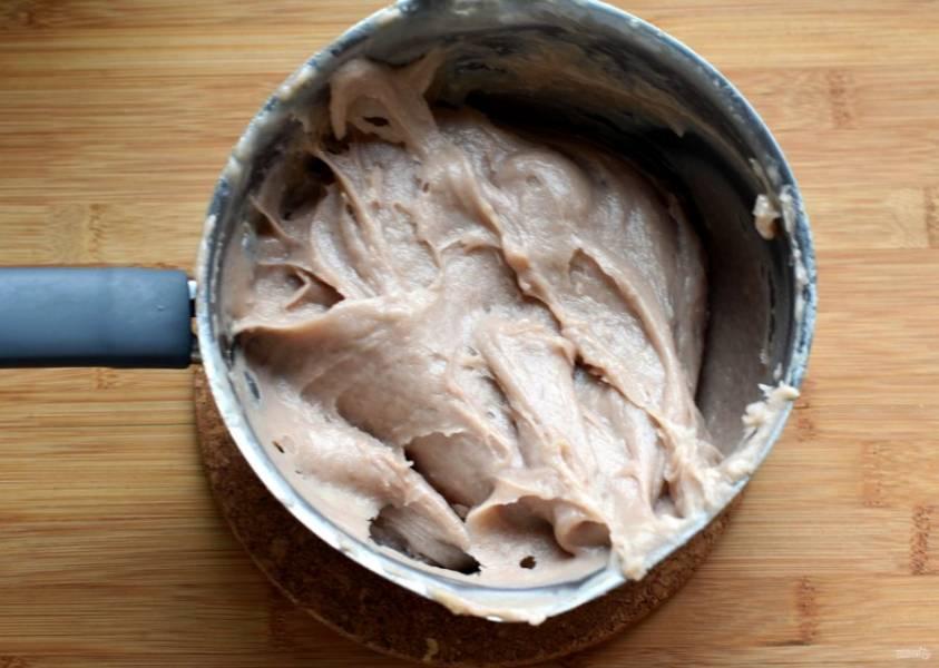 Снимите кастрюлю с огня и остудите тесто до 80 градусов. По одному введите яйца, тщательно вымешивая тесто. Тесто должно получиться однородное, густое, мягкое, гладкое, но не льющееся. Яиц может уйти чуть меньше или больше, поэтому последнее яйцо рекомендую взбить и добавлять в тесто частями. Работайте быстро, готовое тесто все еще должно оставаться теплым.