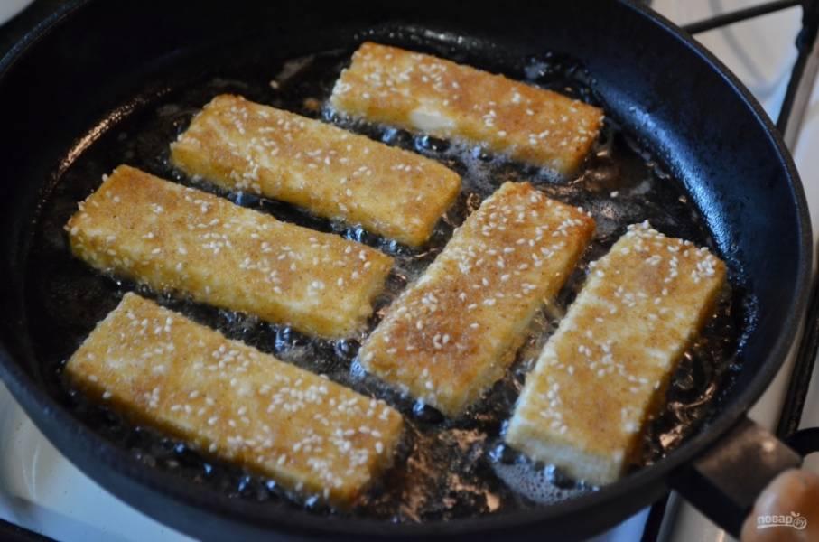 Разогрейте хорошо на сильном огне растительное масло, убавьте огонь до среднего и выкладывайте кусочки сыра. Быстро обжаривайте со всех сторон до красивой корочки.