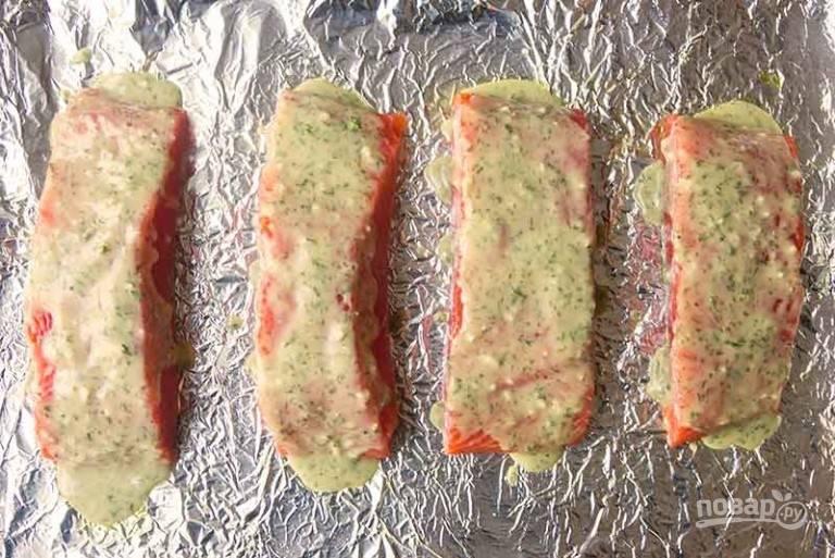 2.С помощью кисточки или вручную смажьте каждый кусочек рыбки приготовленным маринадом. Запекайте рыбу в разогретом до 200 градусов духовом шкафу 8-10 минут (не больше).