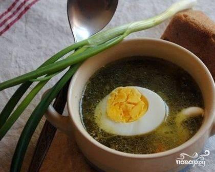 Подаем суп с яйцом, можно добавить мелко нарезанную свежую зелень.