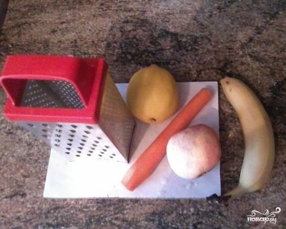 Морковь, яблоко и банан помойте. Морковь и банан почистите. Из яблока удалите сердцевину.