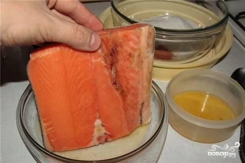 Рыбу помойте и хорошо просушите бумажным полотенцем или дайте ей высохнуть естественным способом. В миске смешайте сахар, соль и перец.
