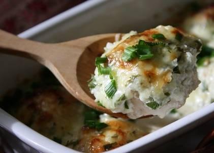3. Для соуса смешаем сливки, давленный чеснок, измельченный чили и тертый сыр. Заливаем подготовленные шарики и запекаем еще 20 минут в духовке. Готово!