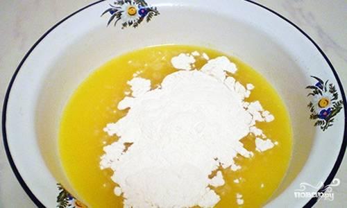 Растапливаем маргарин, затем добавляем к нему муку.