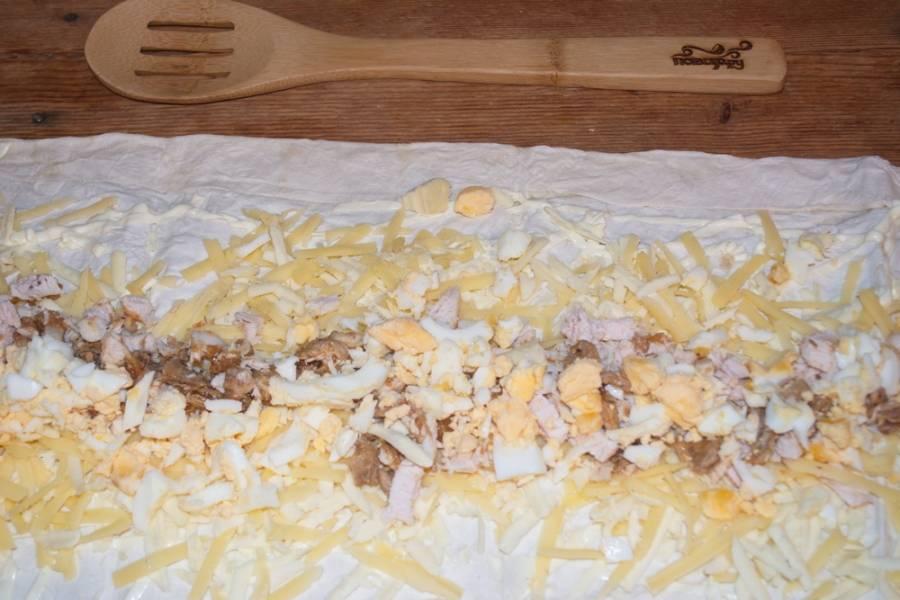 Отварное куриное яйцо очистите от скорлупы и нарежьте кубиками. Выложите на лаваш.