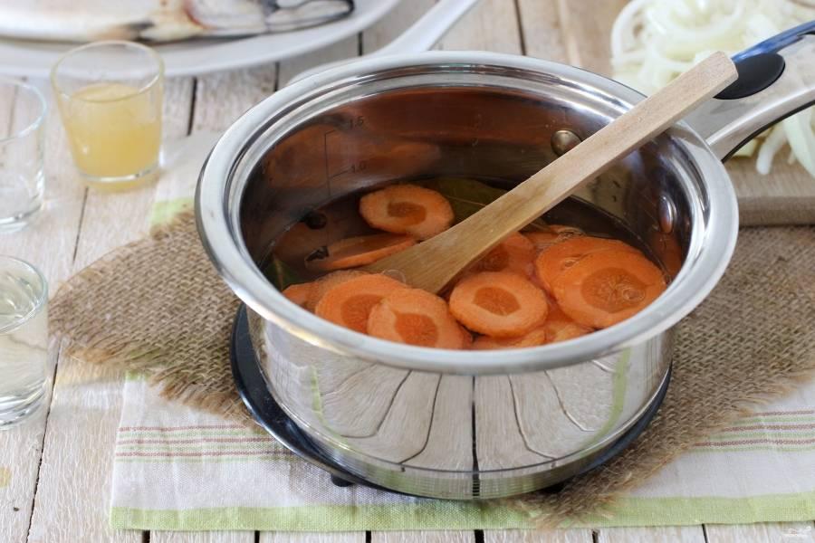 Потом добавьте в кипящую воду морковку, убавьте огонь, проварите минут 5.