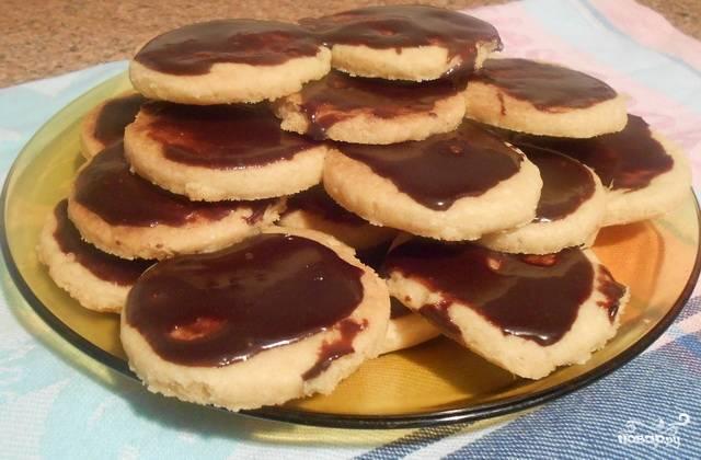 Готовое остывшее печенье смажьте глазурью и подавайте с чаем.