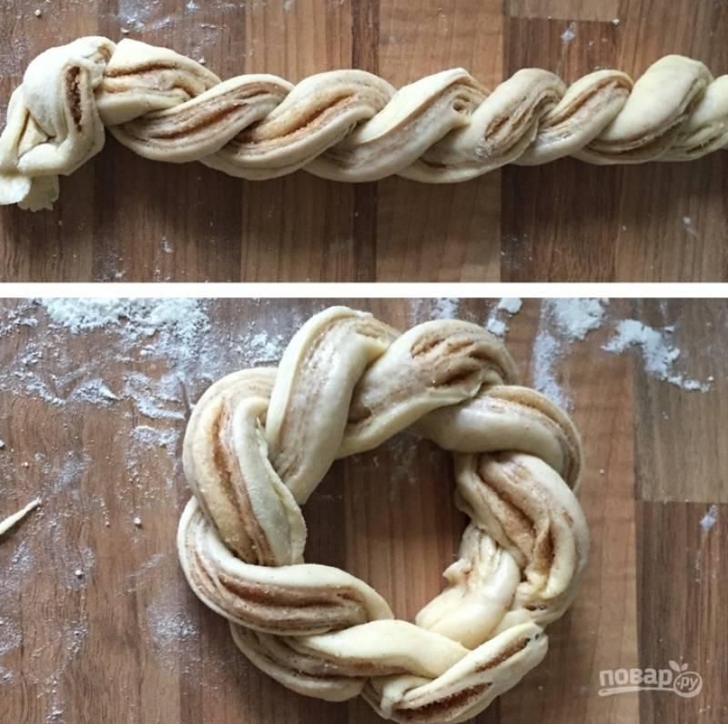 12.Прижмите хорошенько концы, чтобы скрепить тесто, и заверните его в форме веночка.
