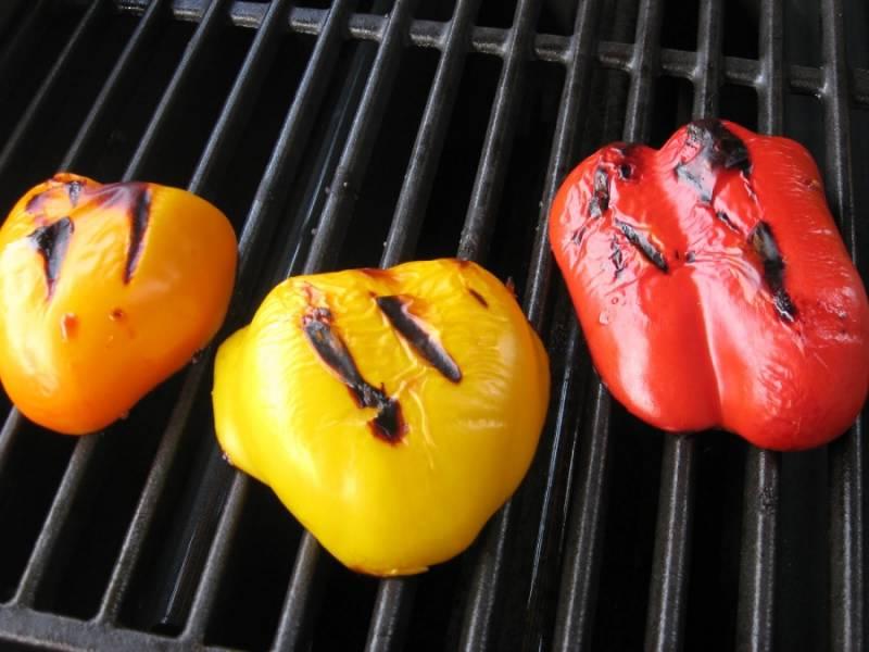 5. Овощи, скорее всего, нужно будет снять с гриля чуть раньше. Теперь овощи и грудку нужно слегка остудить и нарезать средними кубиками, чтобы курица с овощами по-китайски в домашних условиях хорошо пропитались соусом.