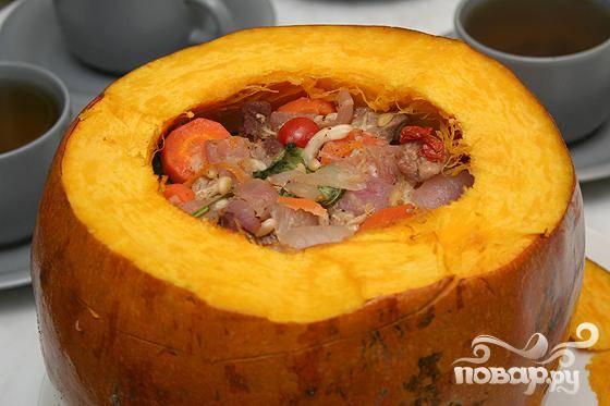 6.Достаем из тыквы начинку, и раскладываем по порциям.