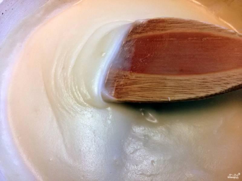 Приготовьте соус: 1 ст.л. муки слегка поджарьте с маслом.  Затем разведите с процеженным мясным бульоном. Варите на слабом огне 5 минут до загустения, помешивайте. После этого снимите соус с огня. Яичный желток размешайте с 2 ст.л. соуса, посолите по вкусу и перемешайте.