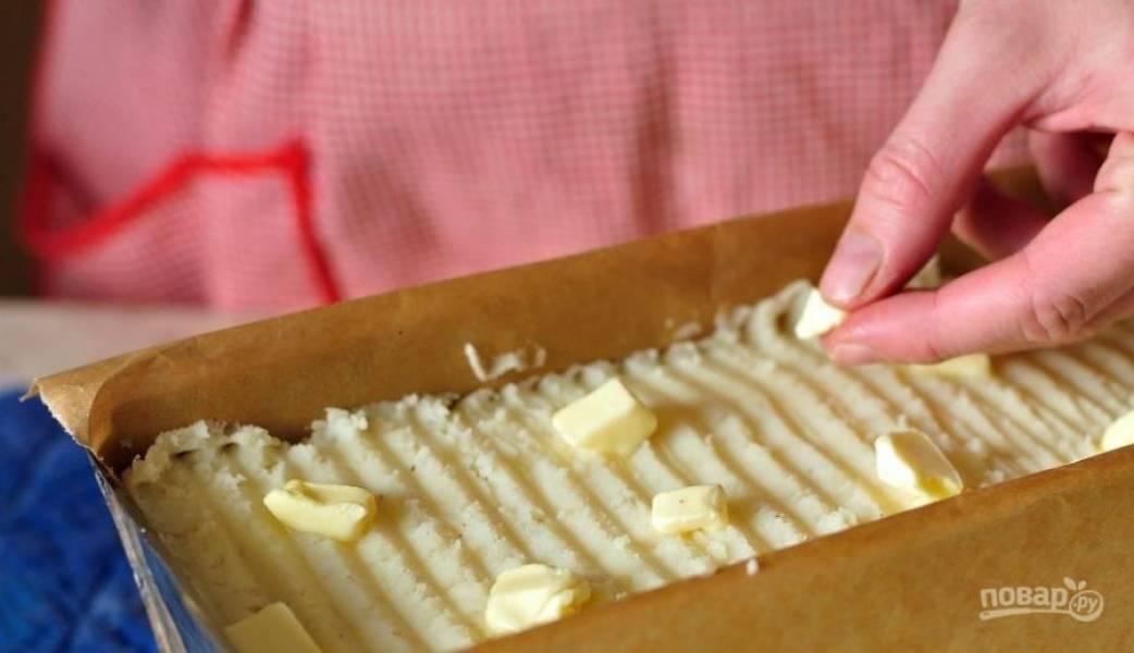 Поверх пюре выложите кусочки сливочного масла, чтобы оно не стало сухим в процессе приготовления. Разогрейте духовку до ста восьмидесяти градусов, запекайте блюдо сорок минут.