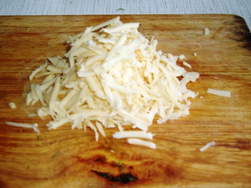 7. Чтобы сделать начинку еще интереснее можно добавить немного сыра. Лучший вариант - это соединить 2 вида сыра - твердый и брынзу, например.