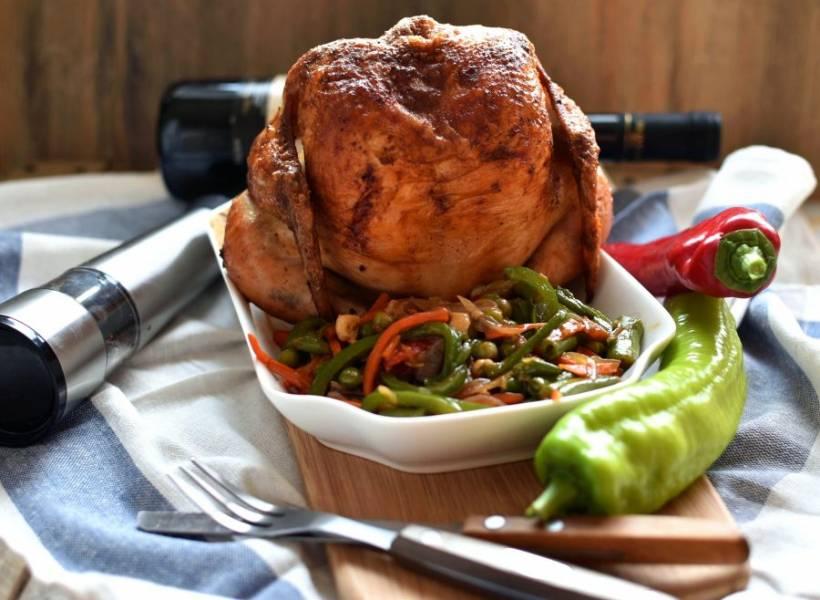 Готовой курице дайте постоять минут 10-15 вне духовки, а потом сразу подавайте. Вот увидите, курица получилась на славу: очень сочная и ароматная, с умопомрачительно хрустящей корочкой!