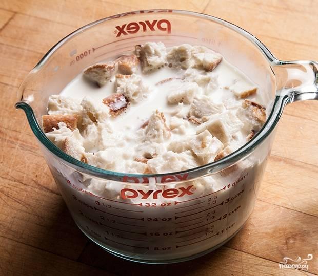 2. Хлеб нарежьте кубиками и замочите в молоке.
