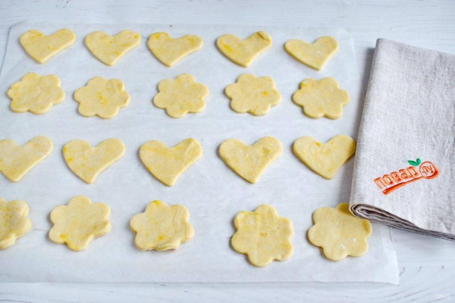 Вырубите печенье с помощью формочек для выпечки. Поставьте запекаться в разогретую до 180 градусов духовку на 20-25 минут. Ориентируйтесь по своей духовке. Печенье должно остаться светлым, не пересушите.