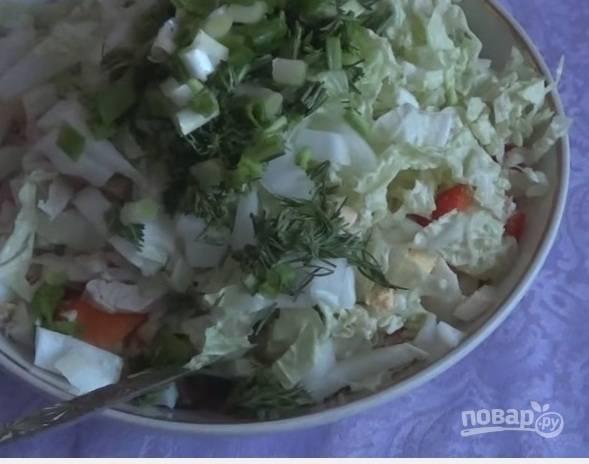 7. В самом конце добавляем зелень и майонез. Теперь нужно хорошо перемешать салат.
