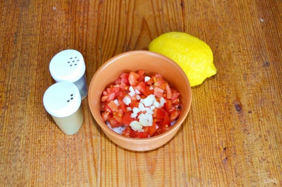 Выжмите сок лимона, немного посолите и поперчите маринад. Перемешайте.